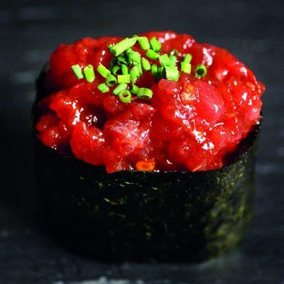 Gunkan de spicy tuna con cebollino