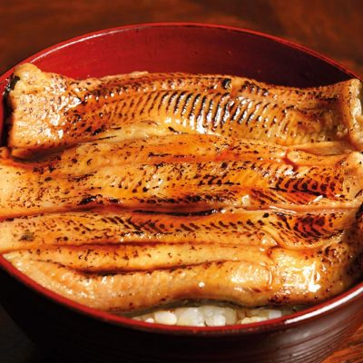 Unagi donburi: cooked eel with white rice